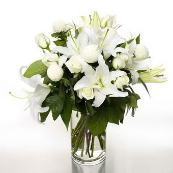 Adana çiçek gönderme sitemiz güvenlidir  1 dal cazablanca 7 adet beyaz gül vazosu