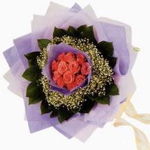 12 adet gül ve elyaflardan   Adana çiçekçi mağazası