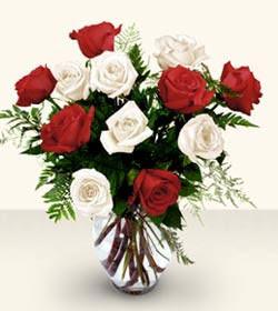 Adana uluslararası çiçek gönderme  6 adet kirmizi 6 adet beyaz gül cam içerisinde