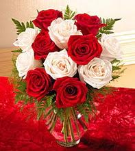 Adana uluslararası çiçek gönderme  5 adet kirmizi 5 adet beyaz gül cam vazoda