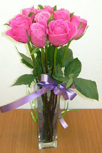 cam vazo içerisinde 11 adet gül  Adana internetten çiçek satışı