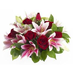 güller ve kazablnaklardan aranjman  Adana anneler günü çiçek yolla