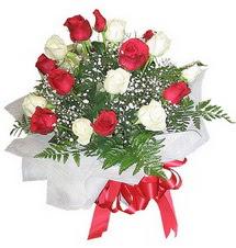 Adana çiçek , çiçekçi , çiçekçilik  12 adet kirmizi ve beyaz güller buket