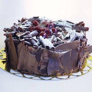 pasta yolla 4 ile 6 kisilik visneli çikolatali yas pasta  Adana çiçek siparişi sitesi