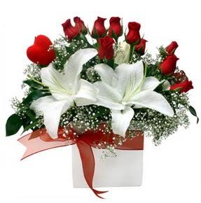 Adana çiçekçi mağazası  1 dal kazablanka 11 adet kırmızı gül vazosu