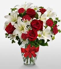 Eşsiz vazo tanzimi güller kazablankalar  Adana online çiçek gönderme sipariş
