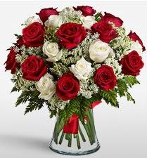 Vazoda 12 kırmızı 12 beyaz gül tanzimi  Adana uluslararası çiçek gönderme