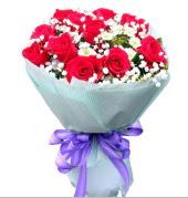 12 adet kırmızı gül ve beyaz kır çiçekleri  Adana çiçekçi mağazası