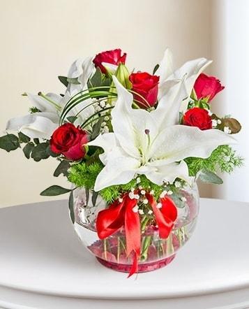 Fanus Vazoda 2 Lilyum ve 5 Gül Dansı  Adana çiçek gönderme