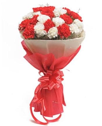 21 adet kırmızı beyaz karanfil buketi  Adana çiçek satışı